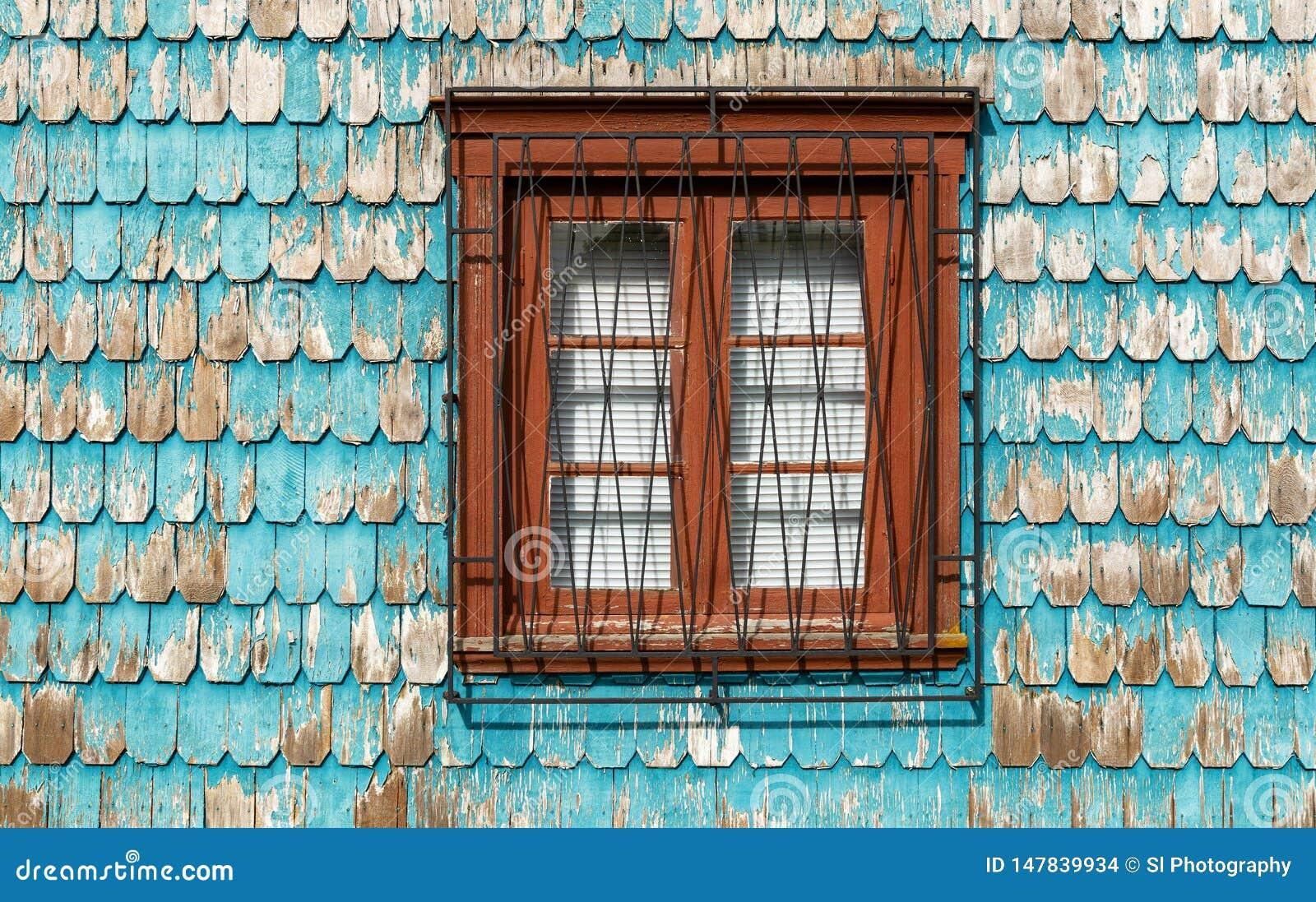 Fenster mit Türkisholz-Täfelungsfassade, Chile