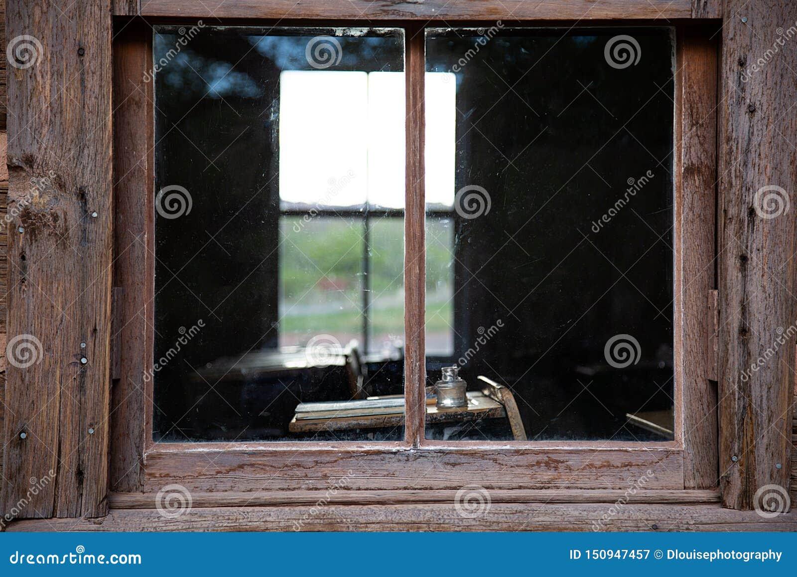 Fensterflüchtiger blick in das ein historische Haus des Raumes Schul
