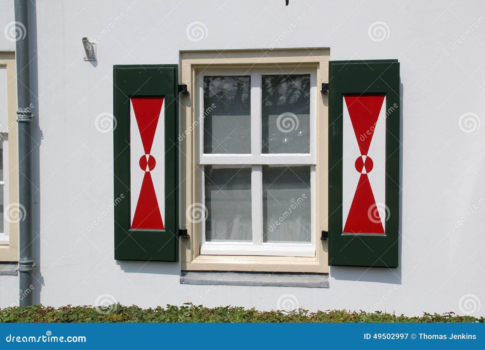 fensterl den auf niederl ndischen fenstern mit traditionellem rotem und wei em design stockfoto. Black Bedroom Furniture Sets. Home Design Ideas