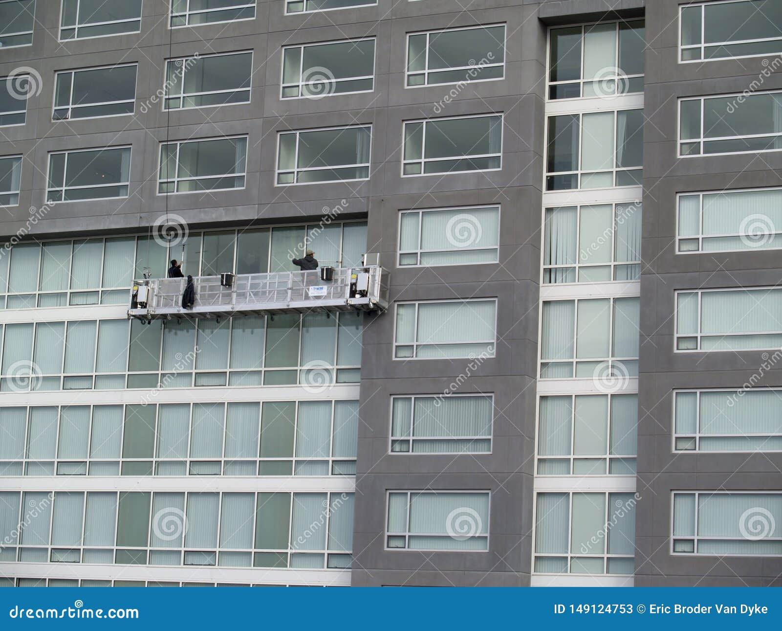 Fensterputzer säubern Seite des Gebäudes