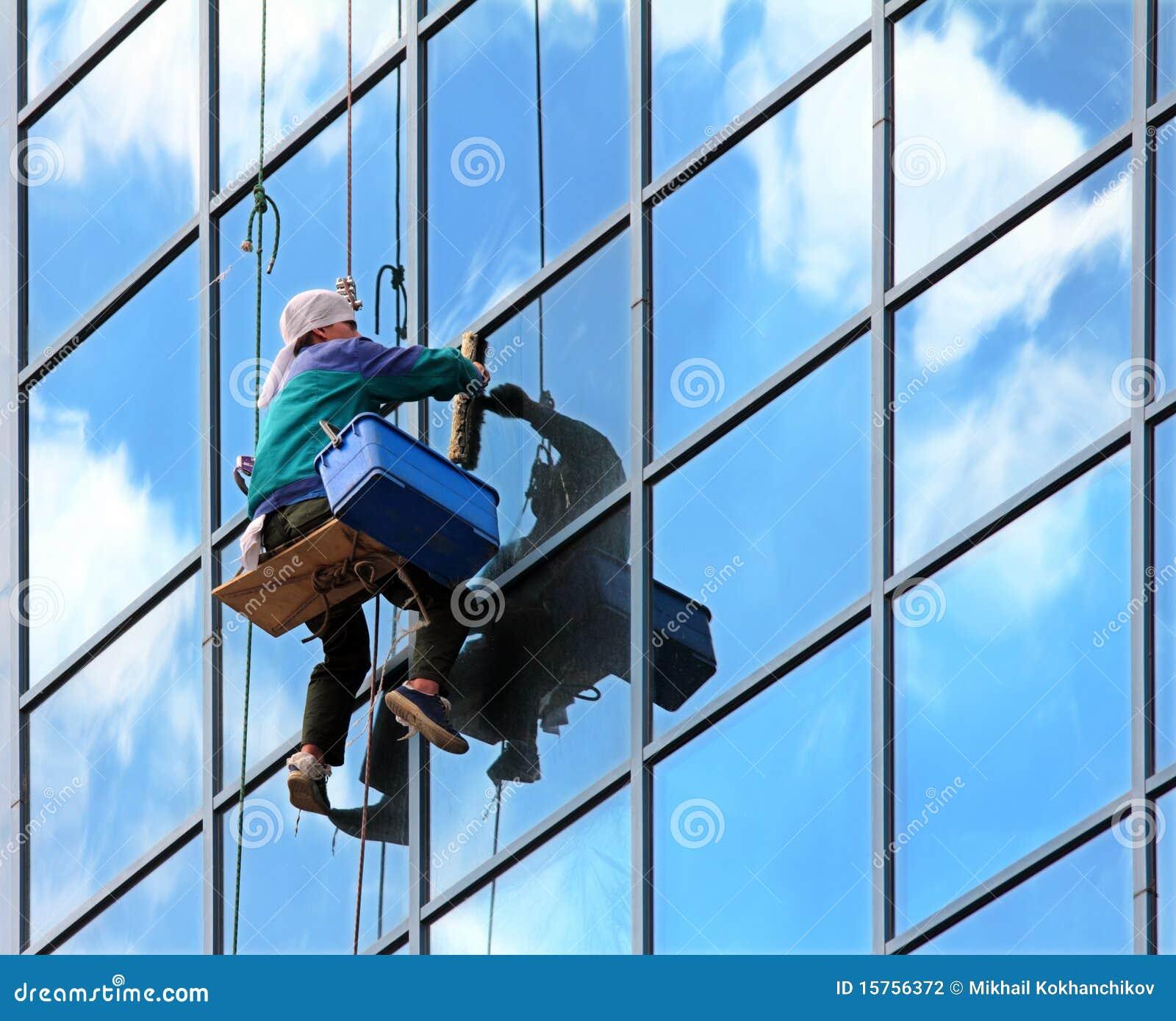 Fensterreinigungsmittel bei der Arbeit