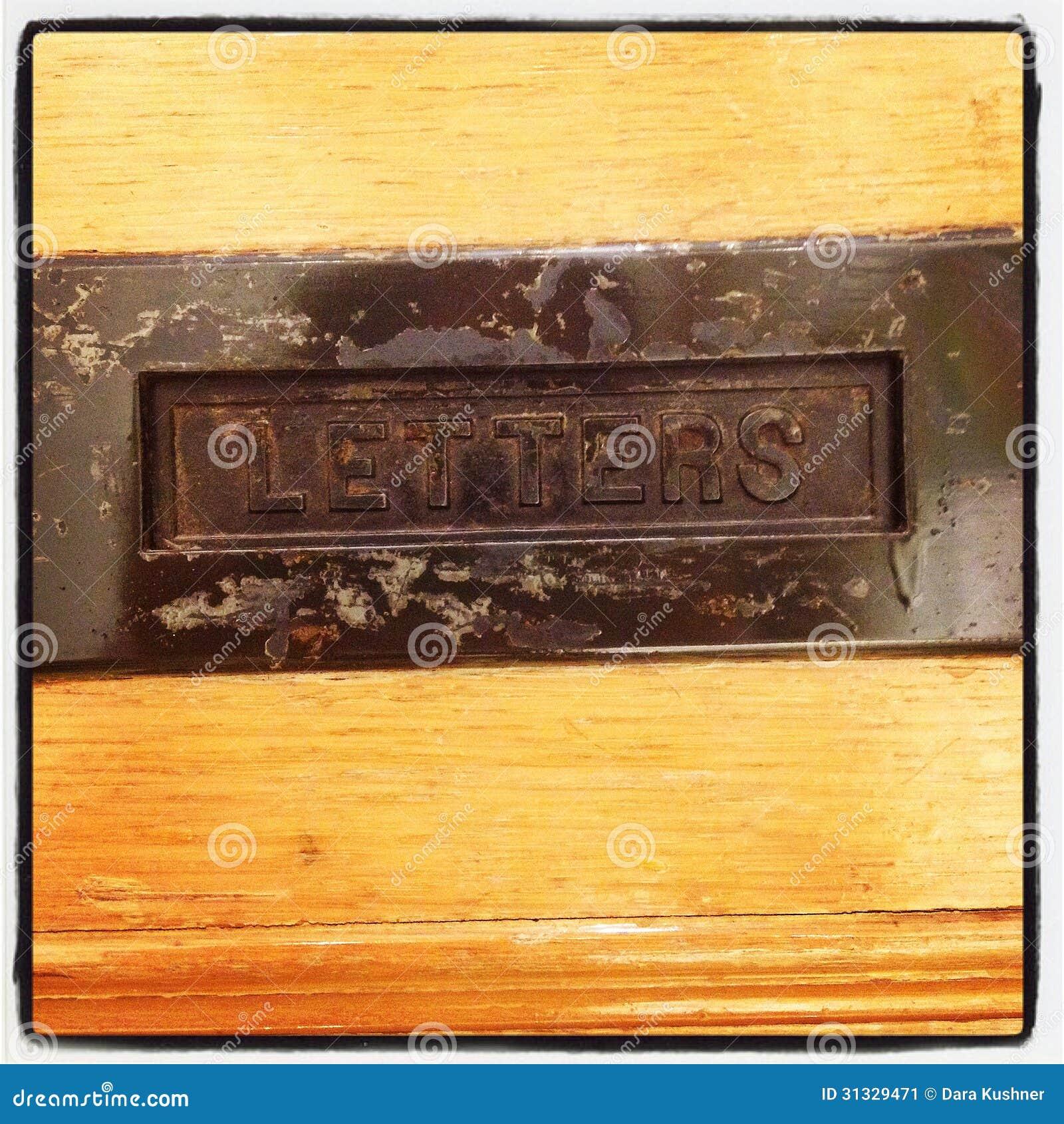 Fente de courrier dans la vieille porte en bois image for Vieille porte en bois