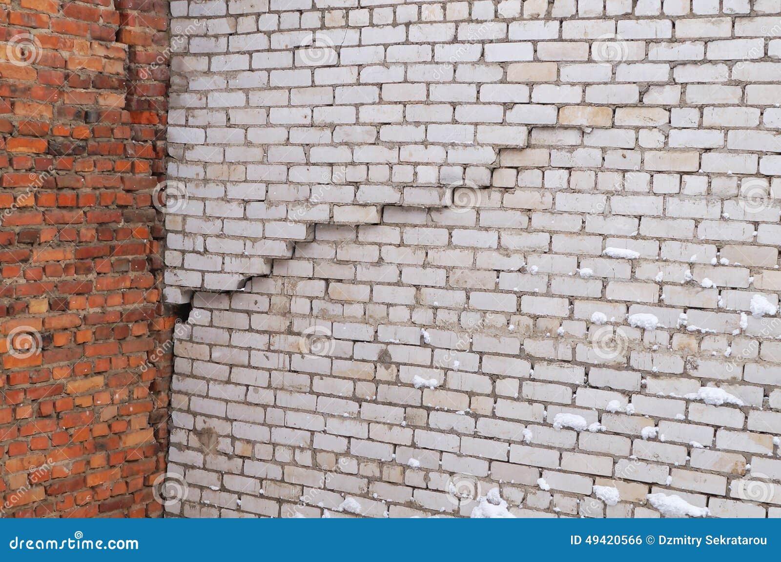 fente verticale dans le mur de l 39 immeuble de brique blanc photo stock image du construction. Black Bedroom Furniture Sets. Home Design Ideas