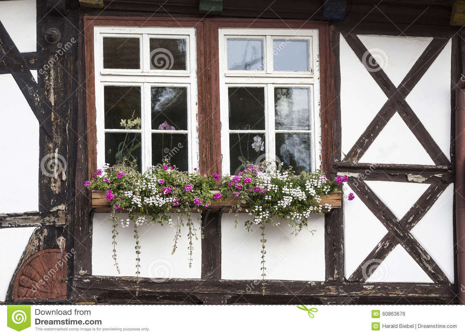 Fen tre avec des fleurs sur une maison colombage photo stock image 60863676 for Fenetre maison