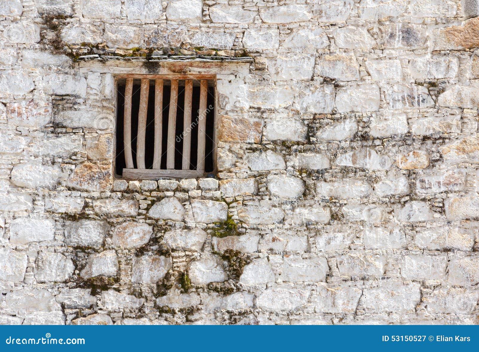 Fen tre de cellules de prison avec les barres en bois dans for Fenetre qui rentre dans le mur