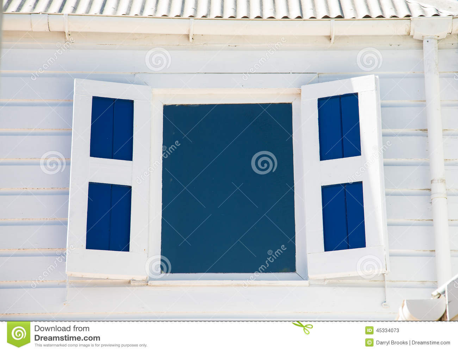 Fen tre et volets bleus dans le mur en bois blanc photo for Fenetre qui rentre dans le mur