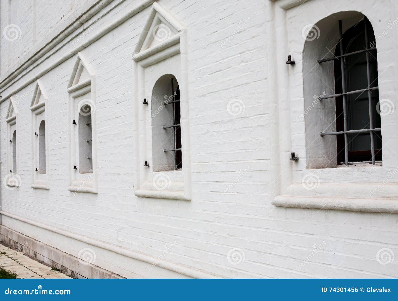 Fen tres barr es dans le mur de briques blanc photo stock for Fenetre qui rentre dans le mur