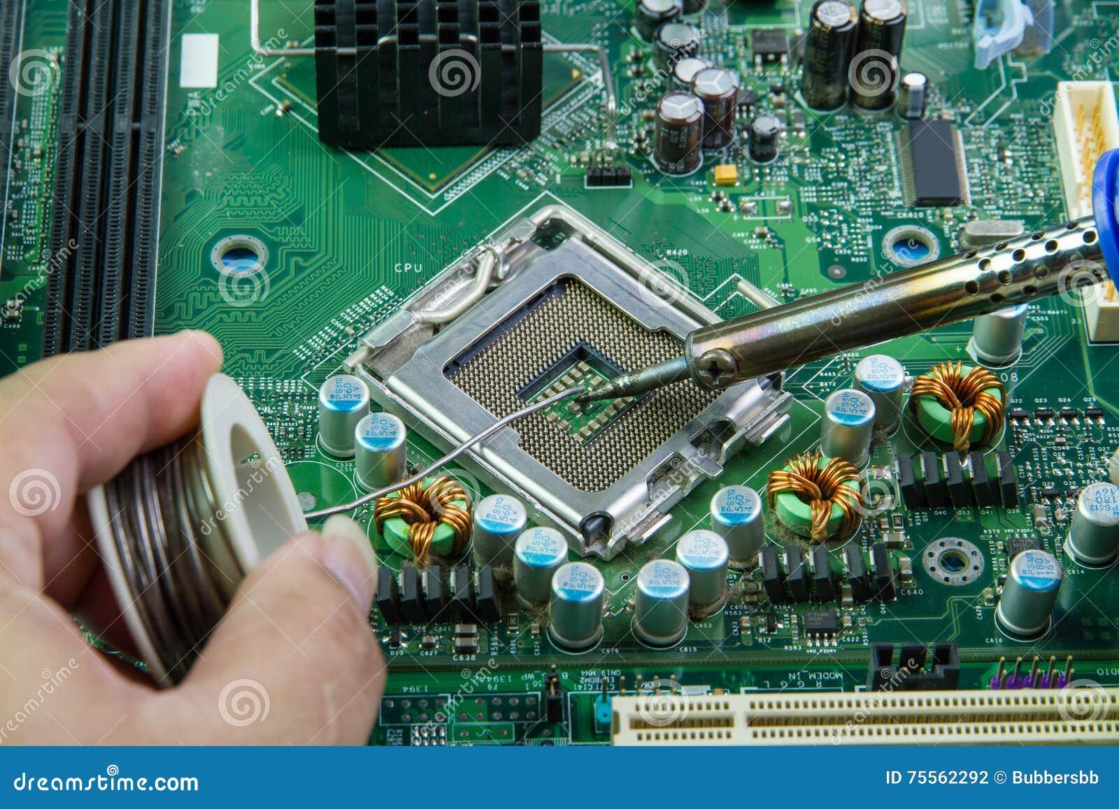 fer souder et microcircuit r paration de carte m re d 39 ordinateur photo stock image 75562292. Black Bedroom Furniture Sets. Home Design Ideas