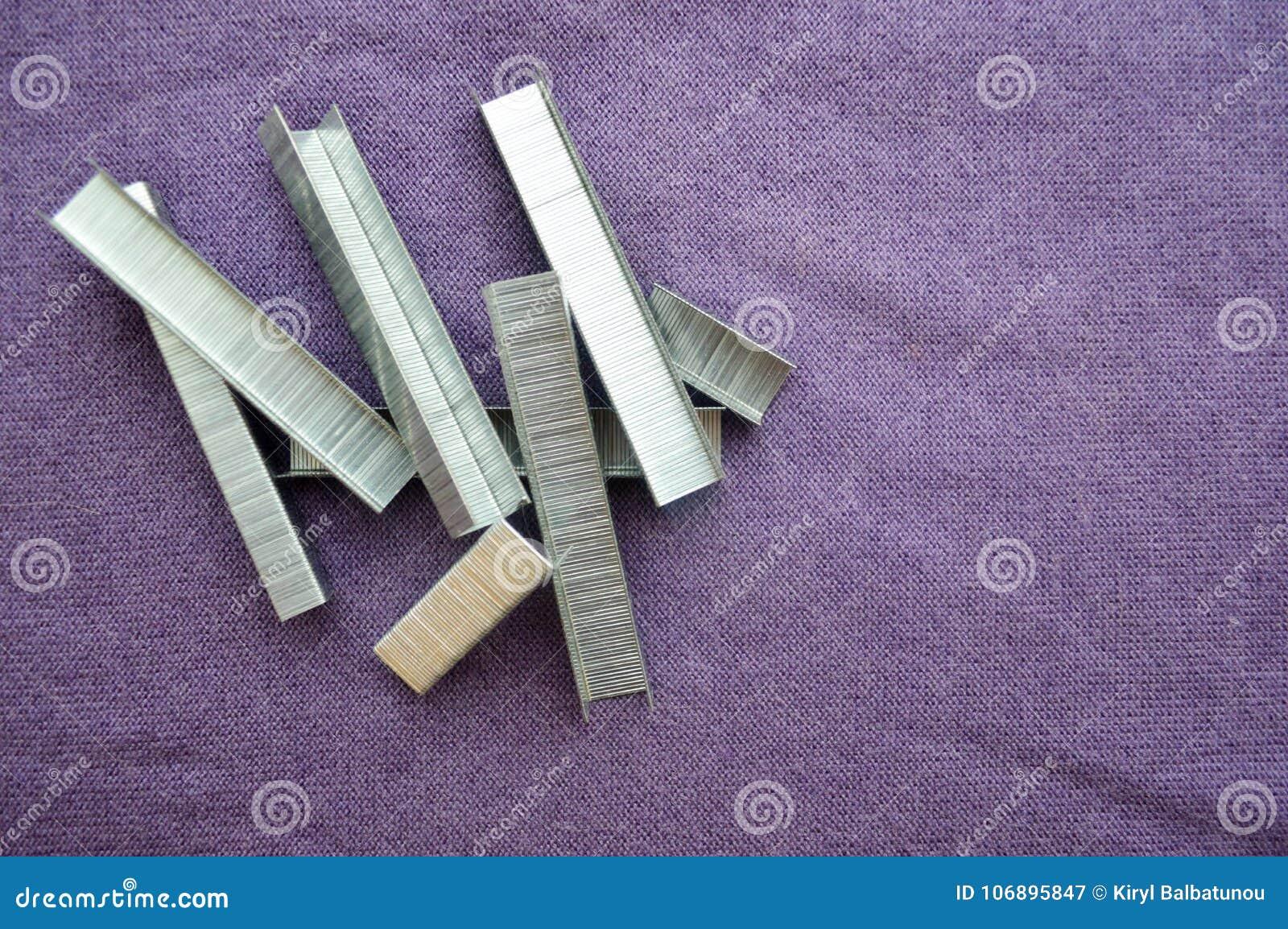 Fer, métal, agrafes argentées empilées
