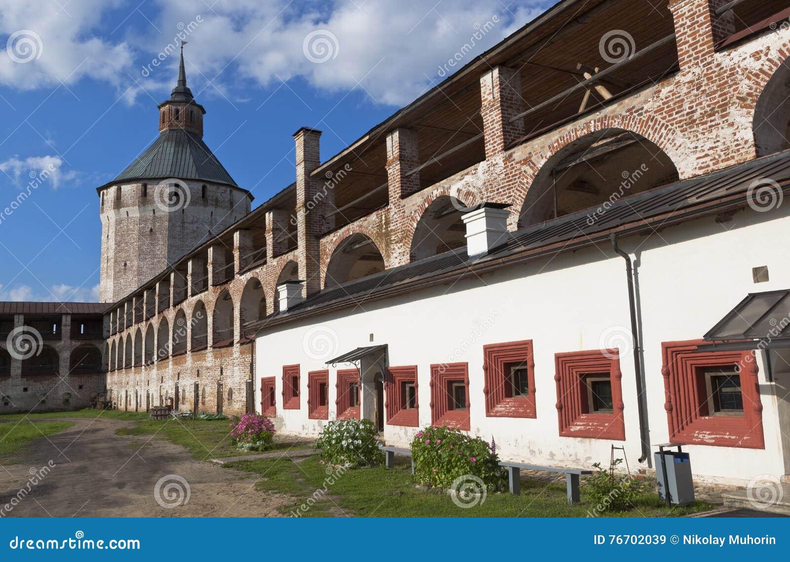 Ferapontovskii (Moskovskaya) torn och gallerier av den fästningväggKirillo-Belozersky kloster