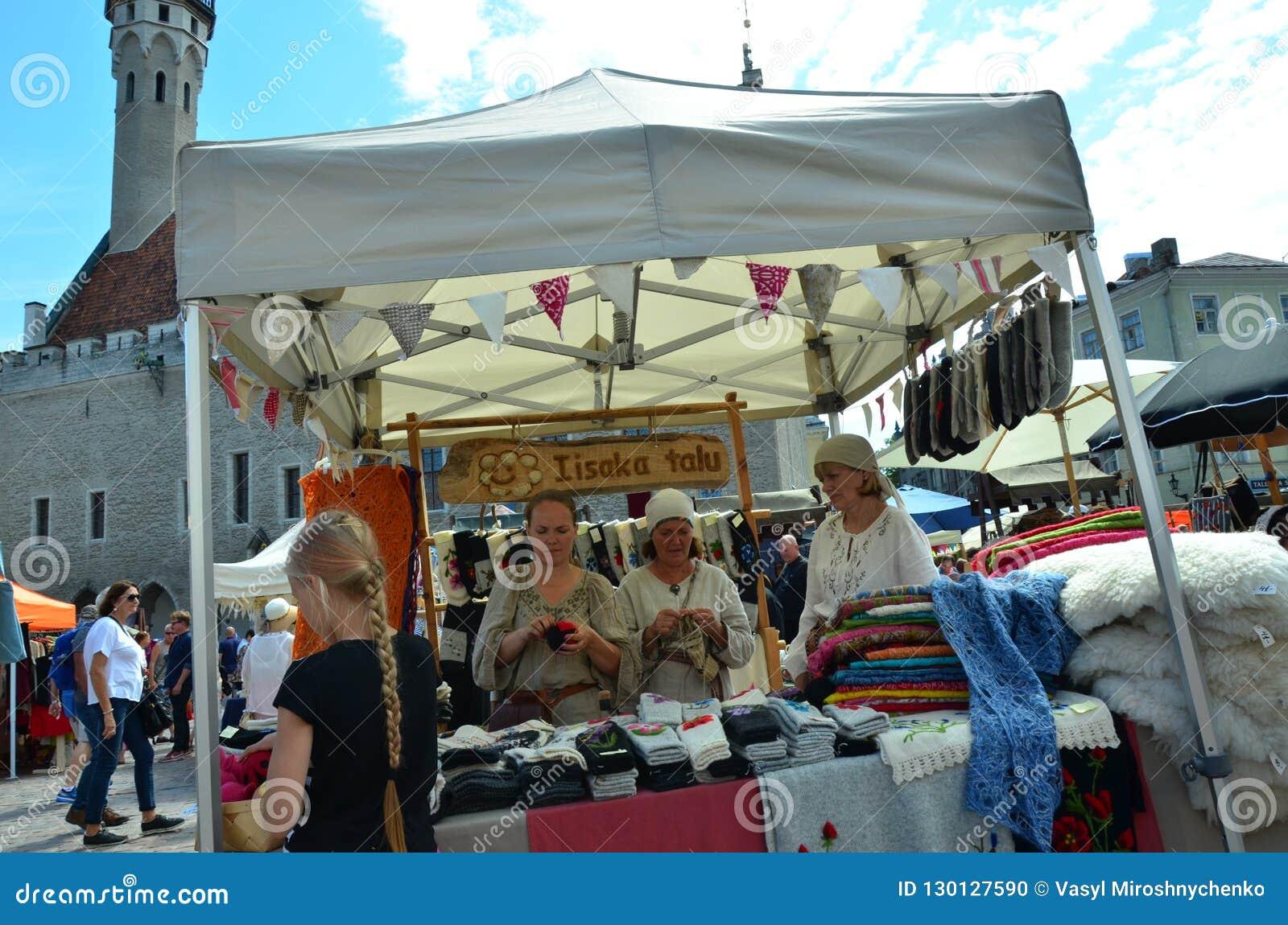 Feria en la capital de Estonia Tallinn en la ciudad Hall Square i