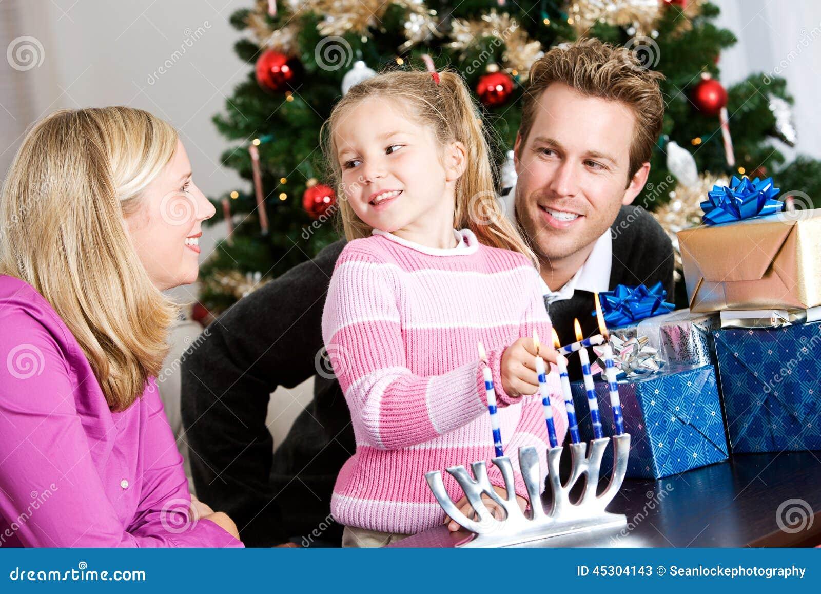 Feriados: Tempo da família do divertimento que ilumina Menorah