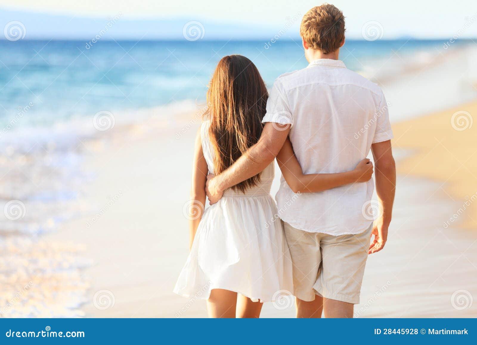 Ferien-Paare, die auf Strand gehen