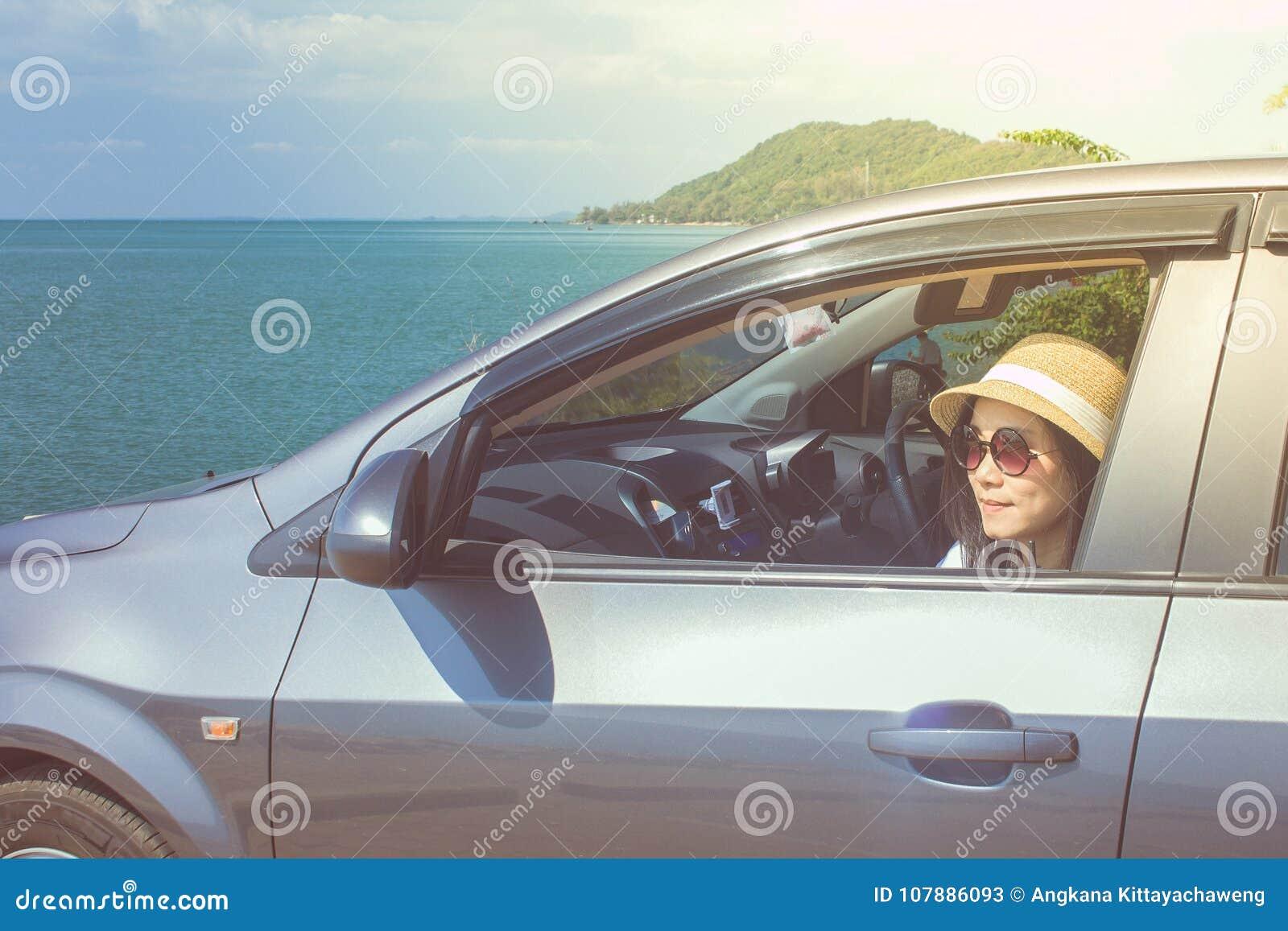 Ferien-und Feiertags-Konzept: Glückliche Familienautoreise an der See-, der Porträtfrautragenden Sonnenbrille und an glaubendem G