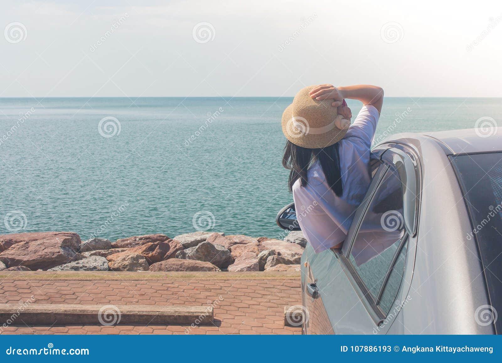 Ferien-und Feiertags-Konzept: Glückliche Familienautoreise am See-, der Porträtfrautragenden Webarthut und an glaubendem Glück