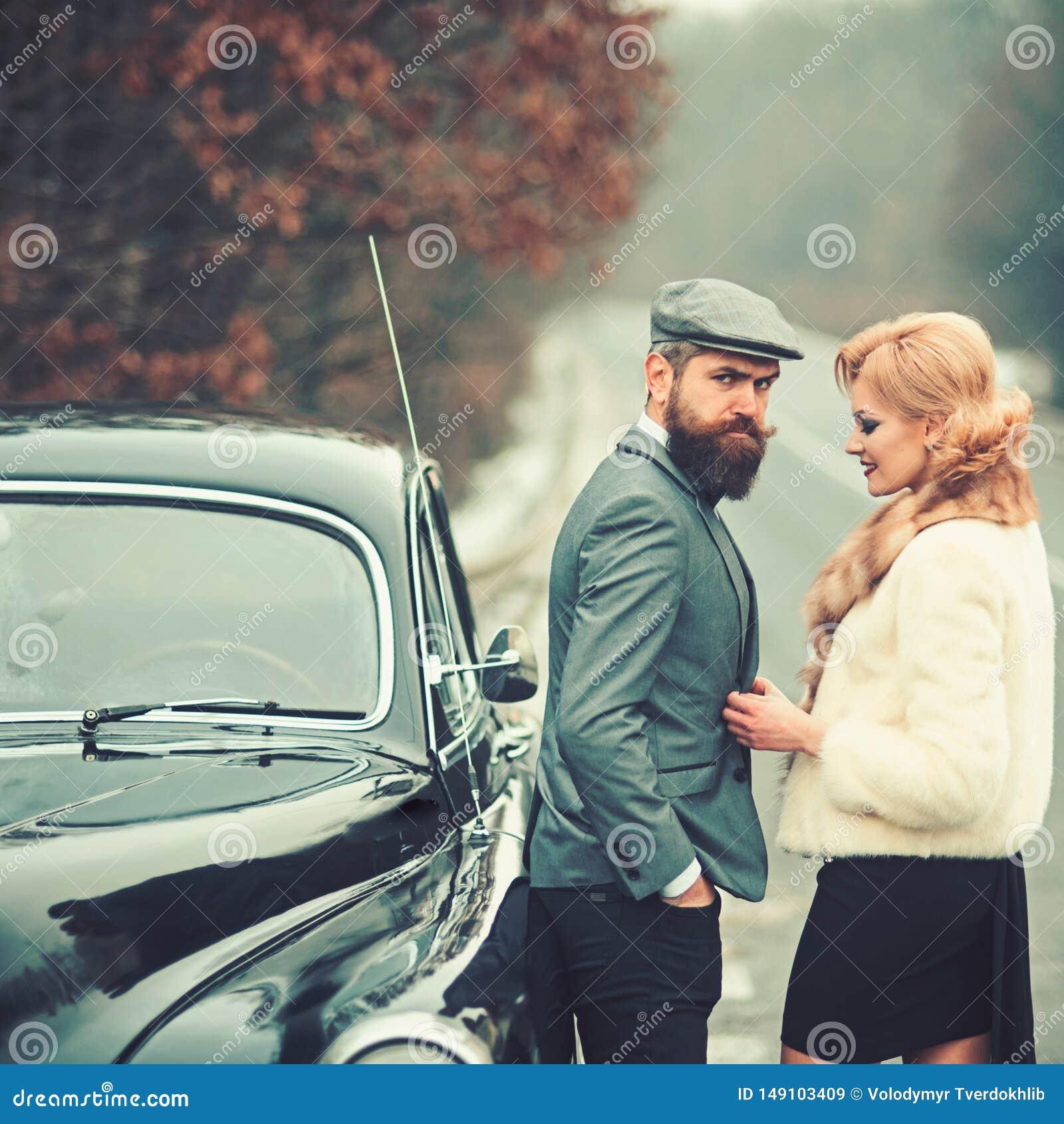 Ferien und reisendes Konzept Ferien von Paaren in der Liebe am Retro- Auto
