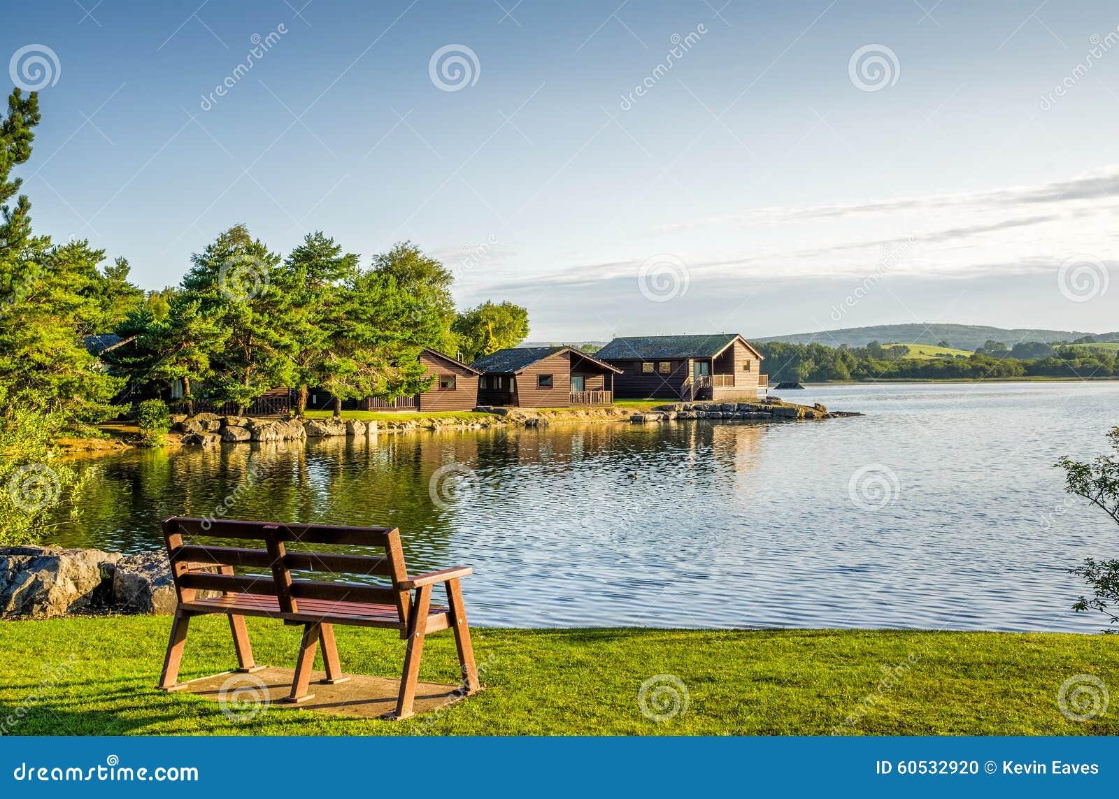 Ferienpark mit hölzernen Häuschen