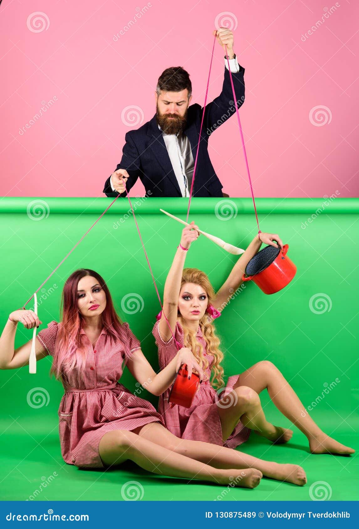Ferier och docka herravälde och beroende Hemmafru idérik idé Förälskelse Retro flickor och förlage på partiet Tappning