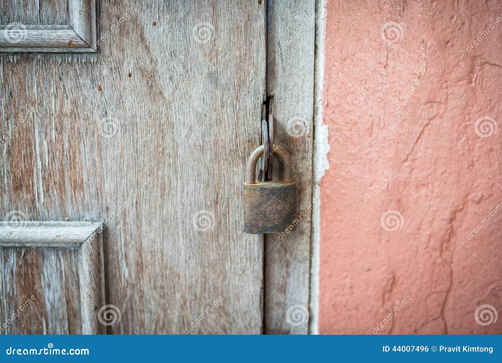 a ferm clef la vieille porte en bois photo stock. Black Bedroom Furniture Sets. Home Design Ideas