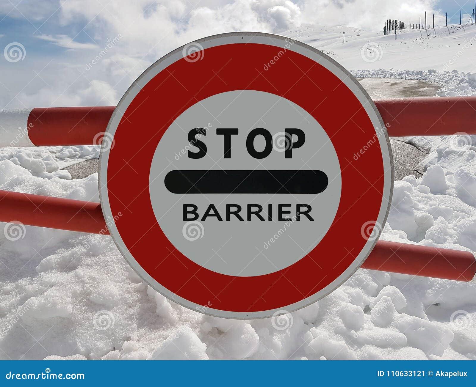 Fermata del segnale stradale Avvertimento del pericolo nelle montagne Ritirata della valanga Il pericolo sulla montagna innevata