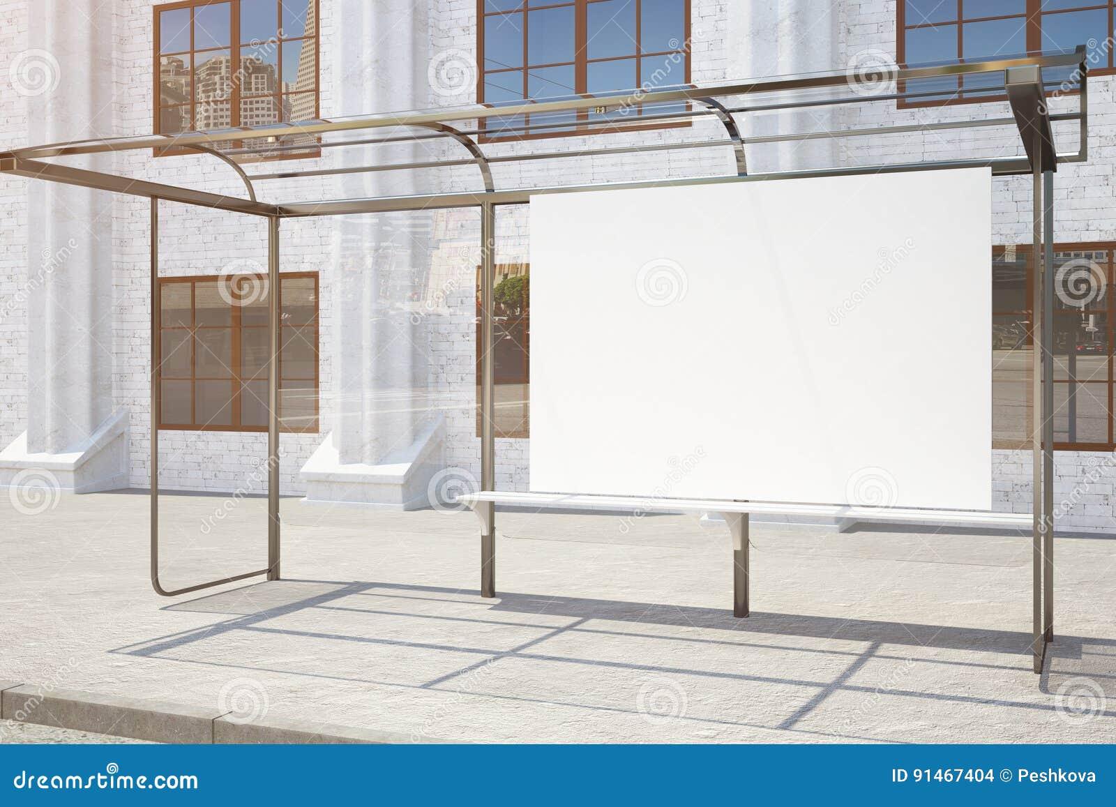 Fermata dell autobus con il lato vuoto del tabellone per le affissioni
