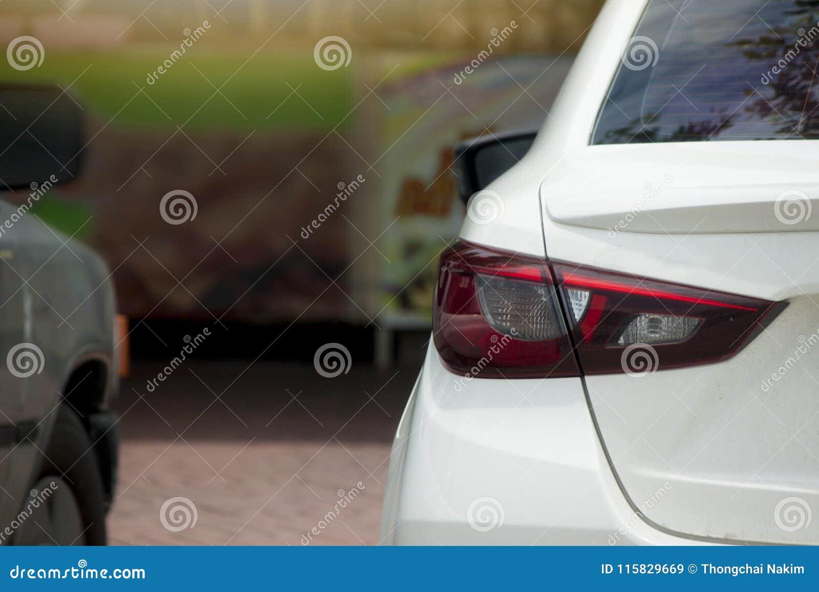 Fermata dell automobile della parte nel parcheggio