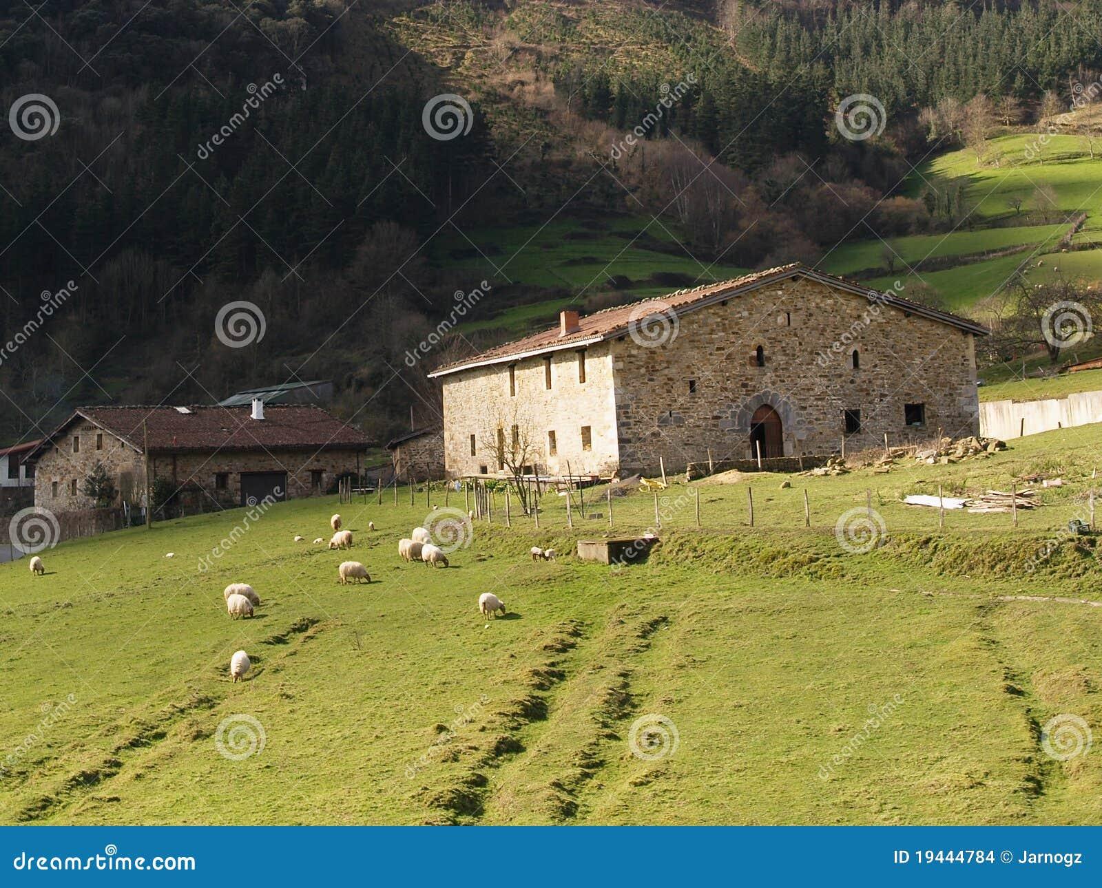 ferme basque type de pays photo stock image du montagne 19444784. Black Bedroom Furniture Sets. Home Design Ideas