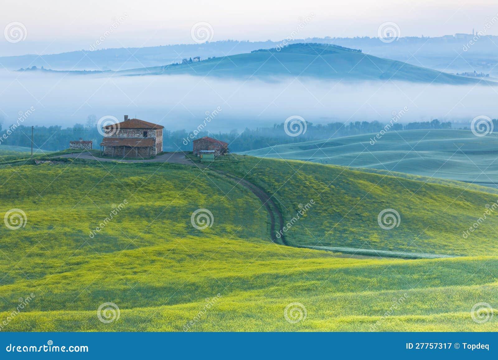 Ferme en Toscane au lever de soleil