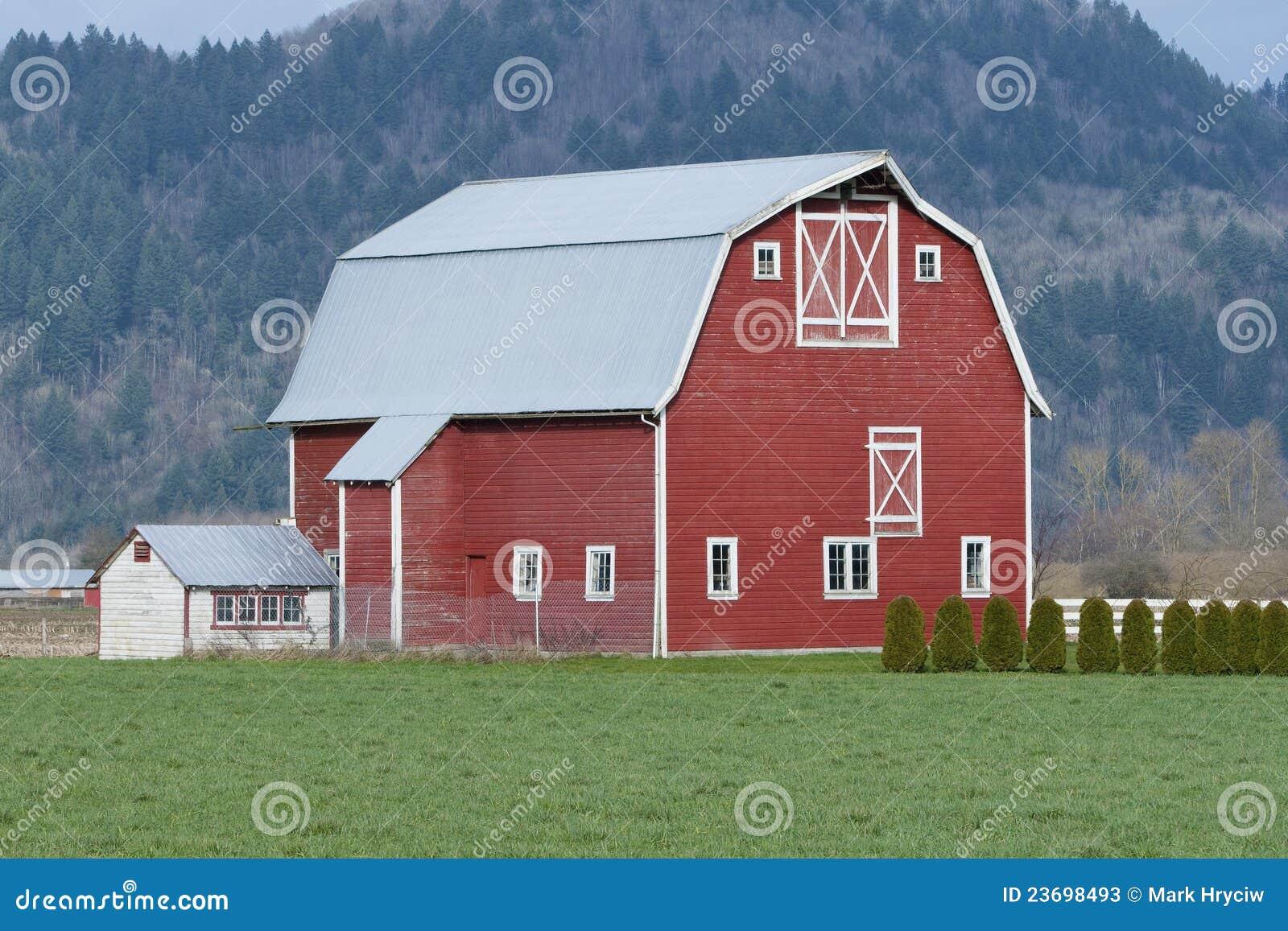 Ferme rouge de grange