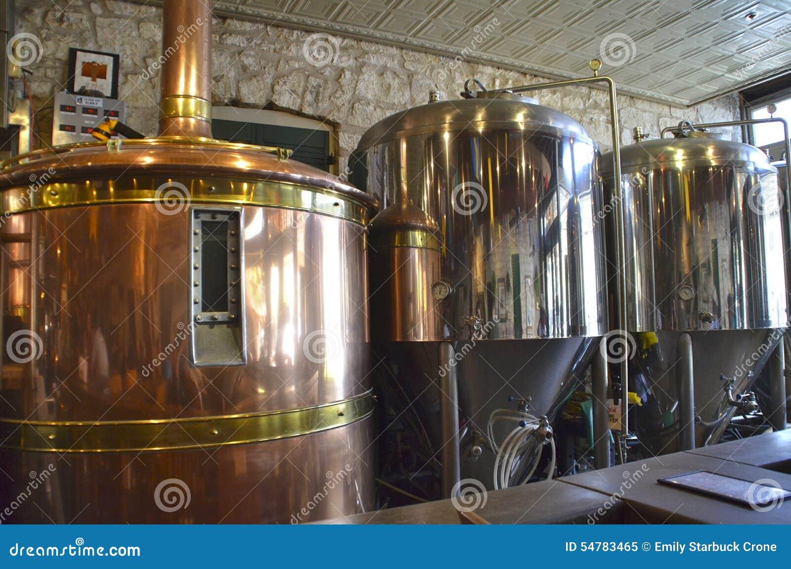 Fermentazione della birra e carri armati fare ad una fabbrica di birra