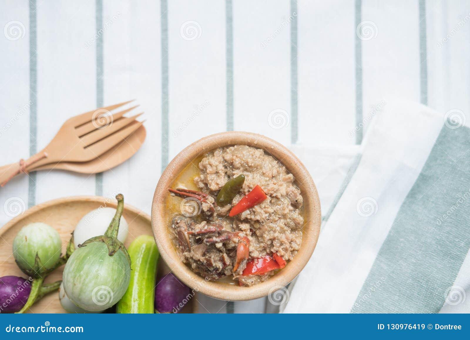 Fermentez le crabe mou bouilli en lait de noix de coco avec les légumes frais
