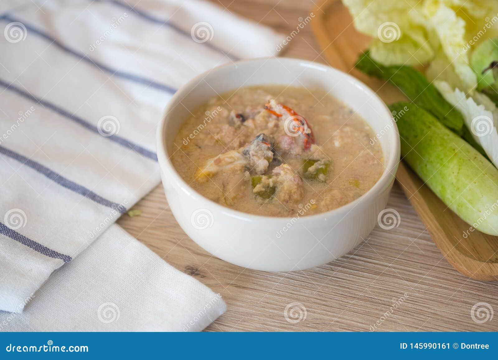 Fermentez le crabe mou bouilli en lait de noix de coco avec les l?gumes frais