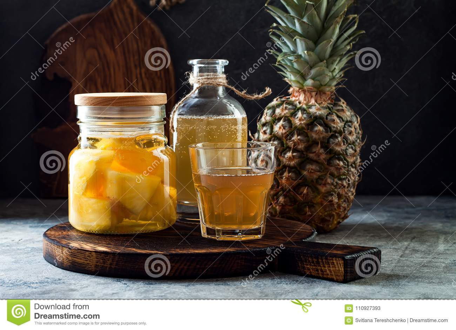 Fermentujący meksykański ananasowy Tepache Domowej roboty surowa kombucha herbata z ananasem Zdrowy naturalny probiotic sosowany