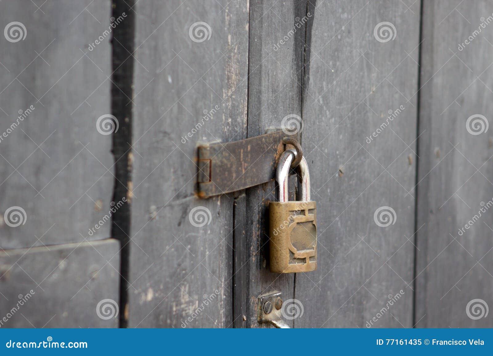 Fermez à clef sur la porte en bois