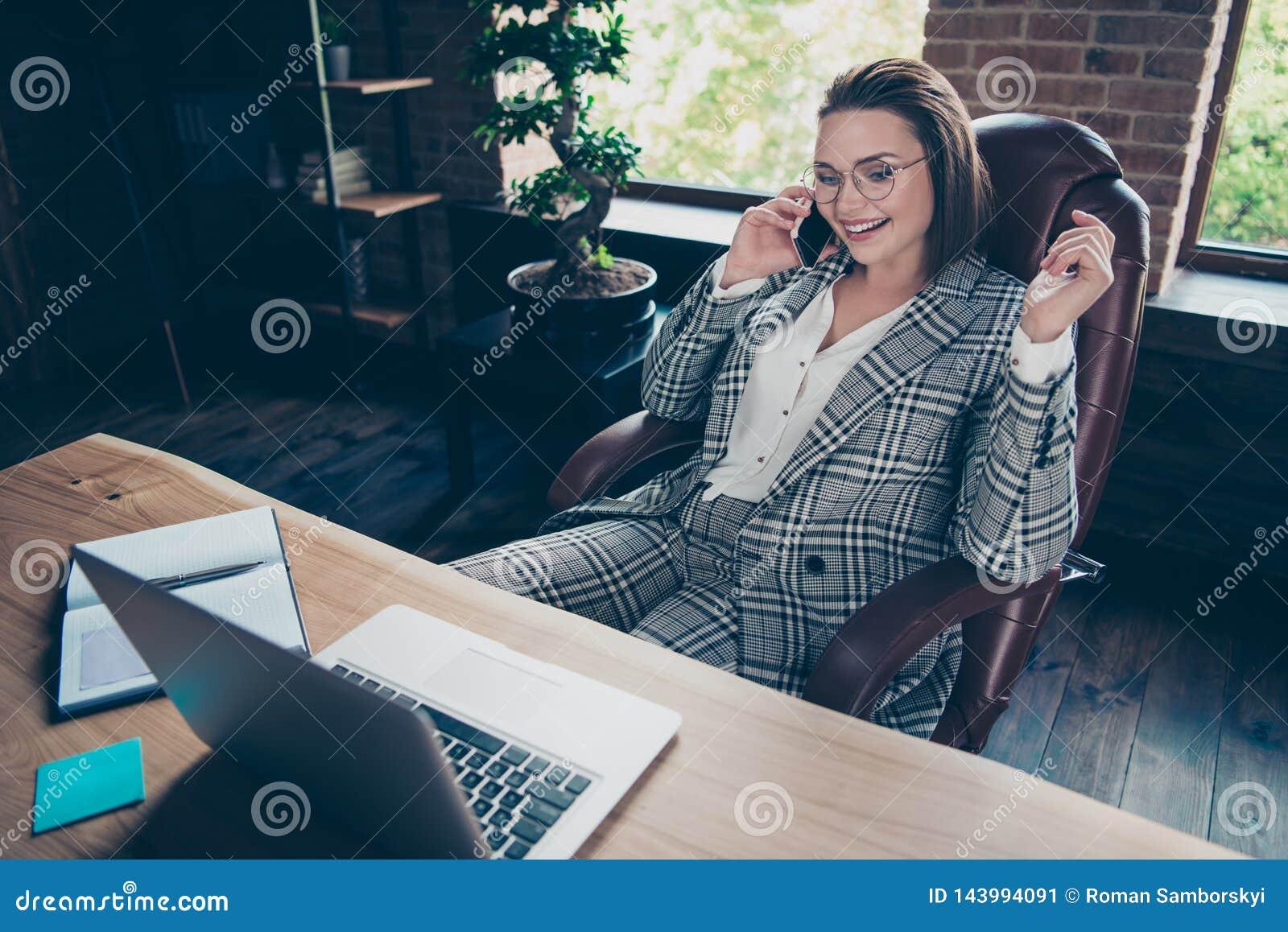 Fermez la photo belle elle que sa dame d affaires disent de parler des investisseurs pour discuter pour communiquer le téléphone