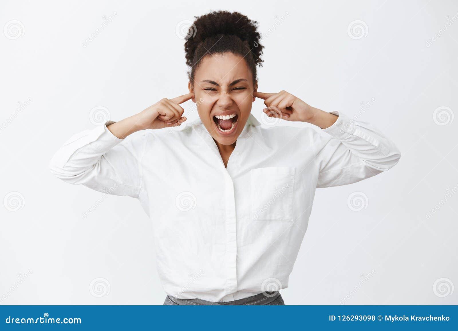 Fermez tout le monde Portrait de femme d affaires féminine affligée intense d afro-américain dans la chemise blanche, criant tand