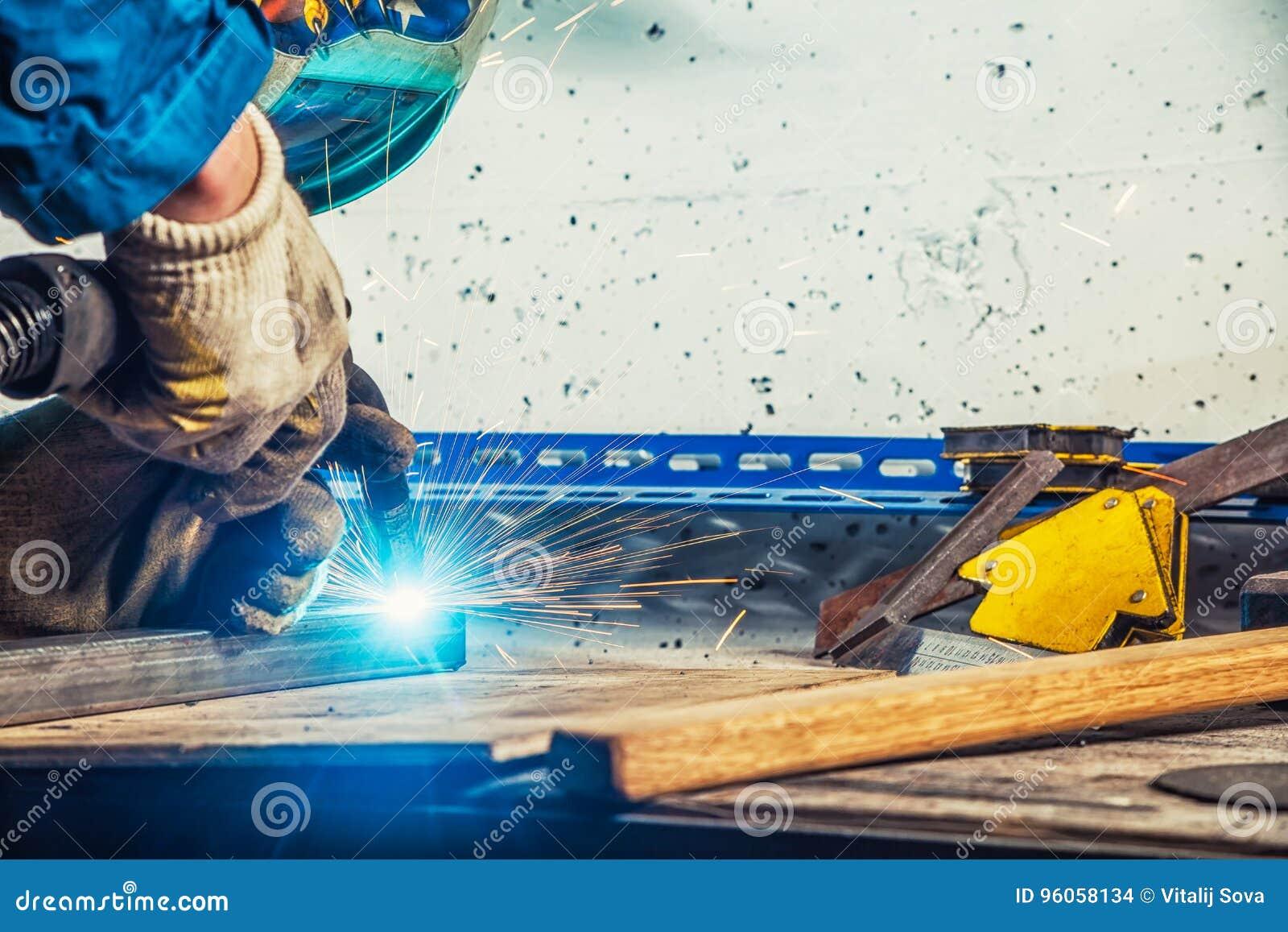 Fermez vers le haut de la soudure de l homme une machine de soudure en métal