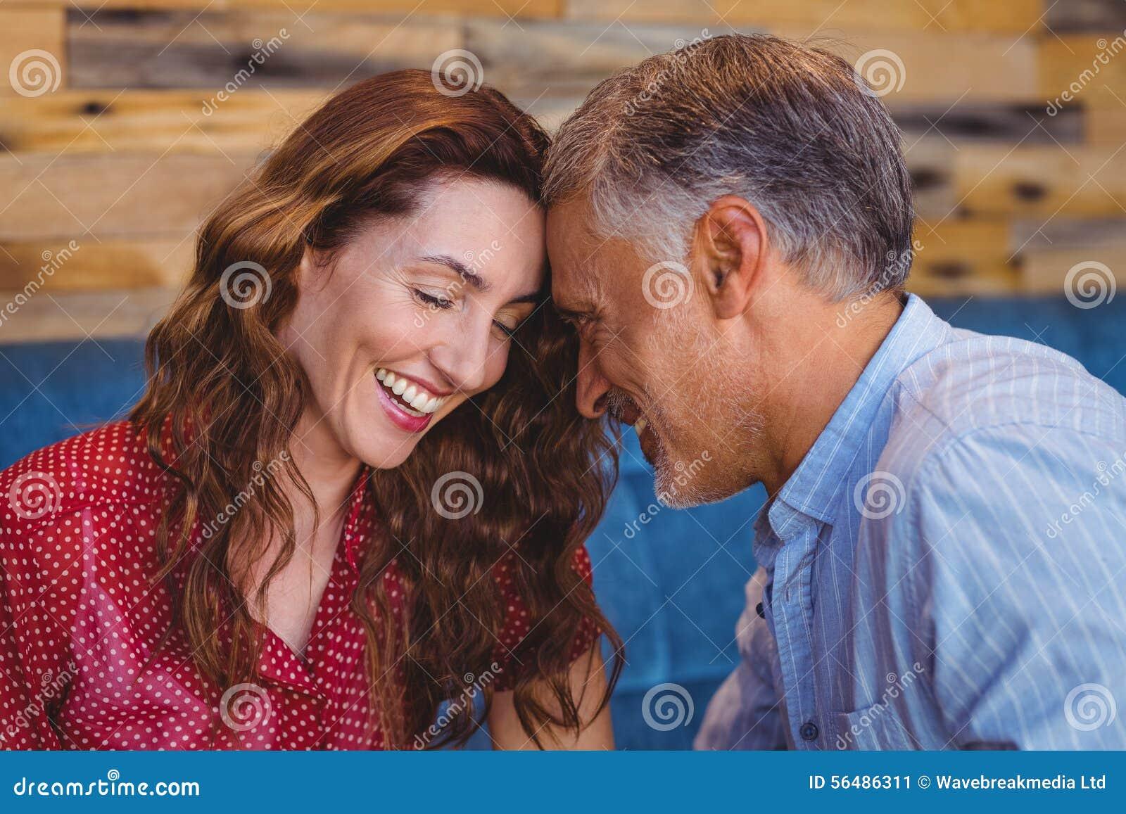 Fermez-vous d un couple flirtant
