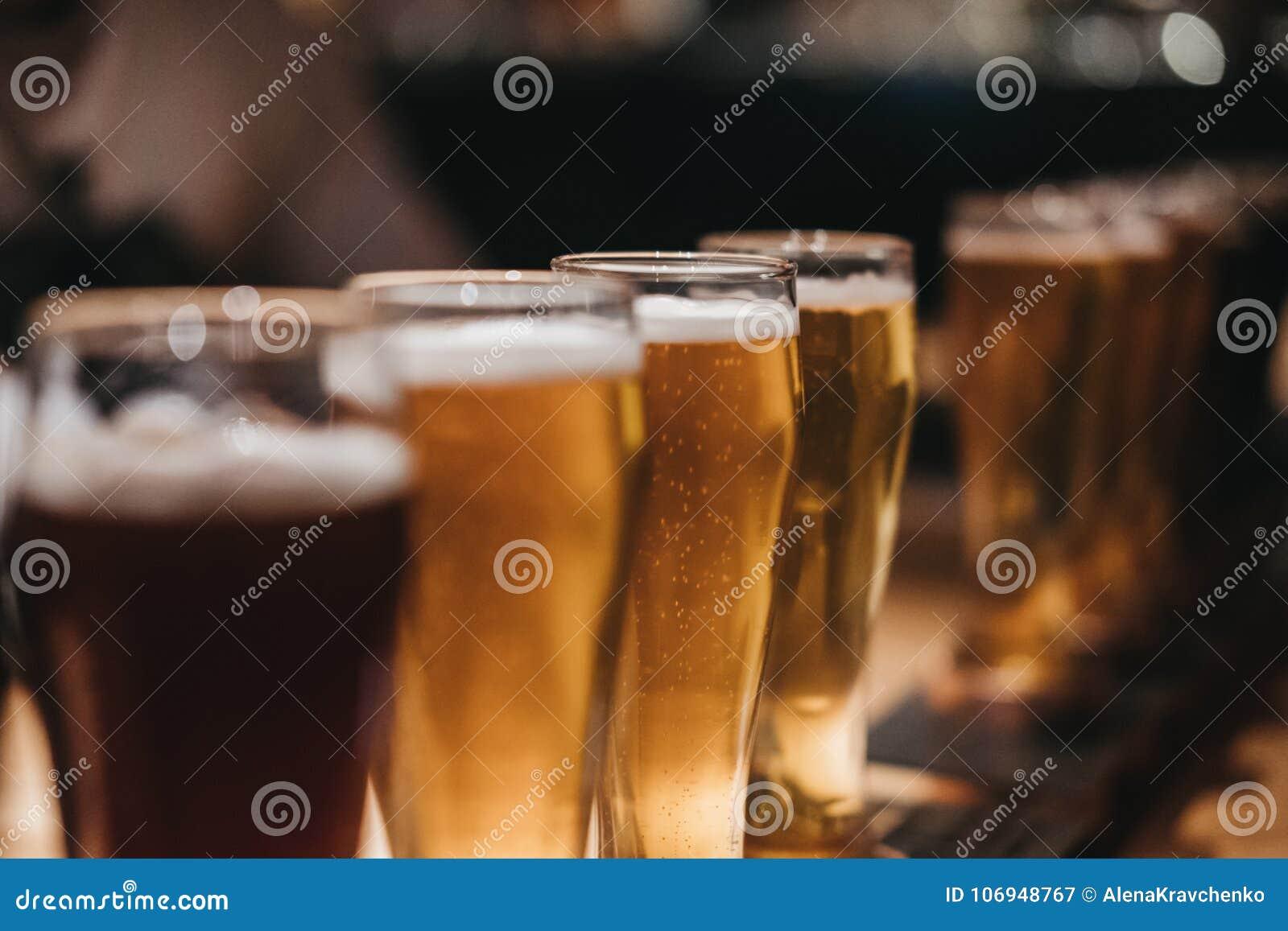 Fermez-vous d un support de différents genres de bières, foncés pour s allumer, sur une table