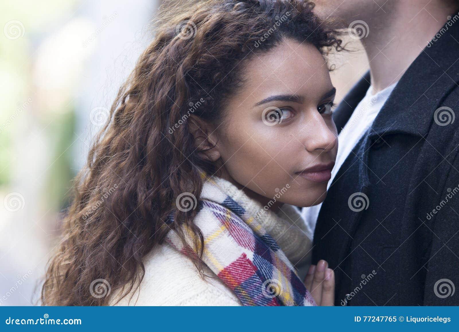 Fermez-vous d une jeune femelle heureuse