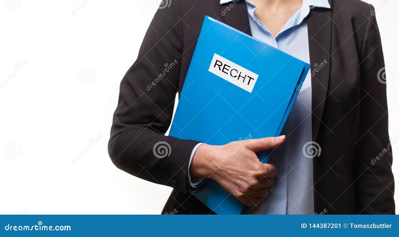 Fermez-vous d une jeune femme dans un costume tenant un dossier avec un texte allemand : LOI