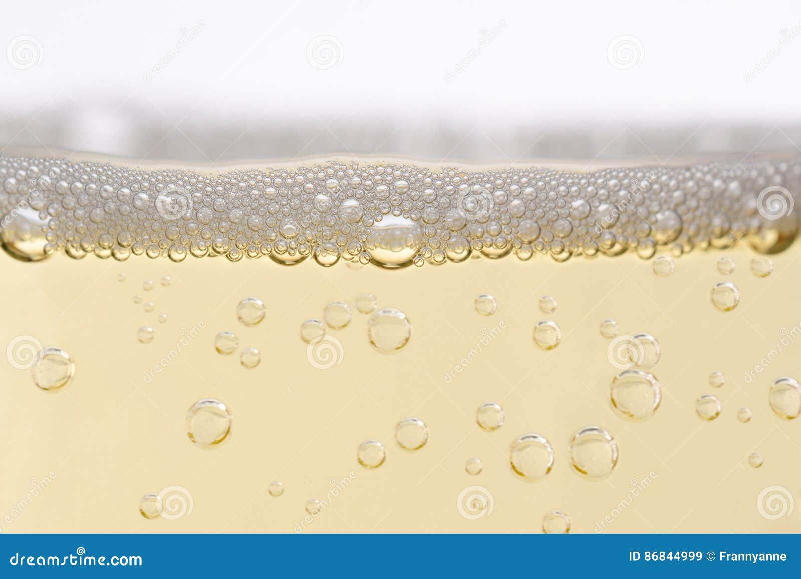 Fermez-vous de Champagne Glass rempli avec les bulles en hausse
