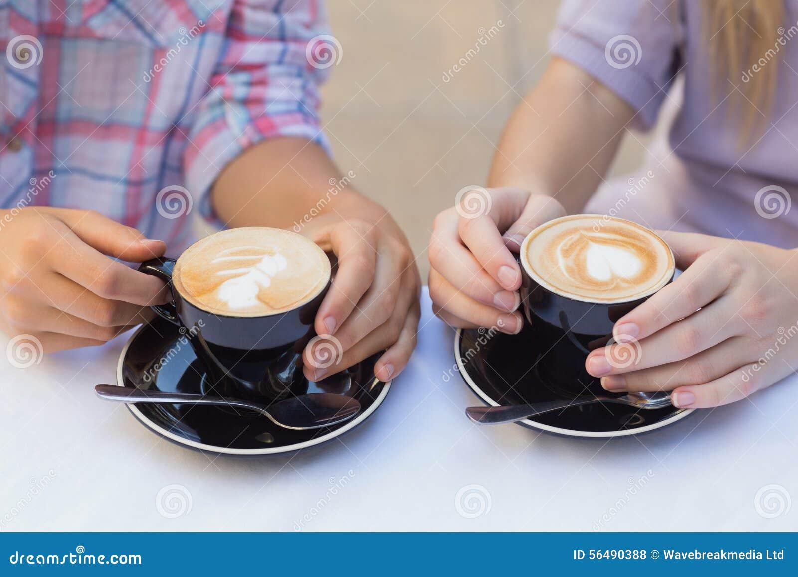 Fermez-vous de deux tasses de café