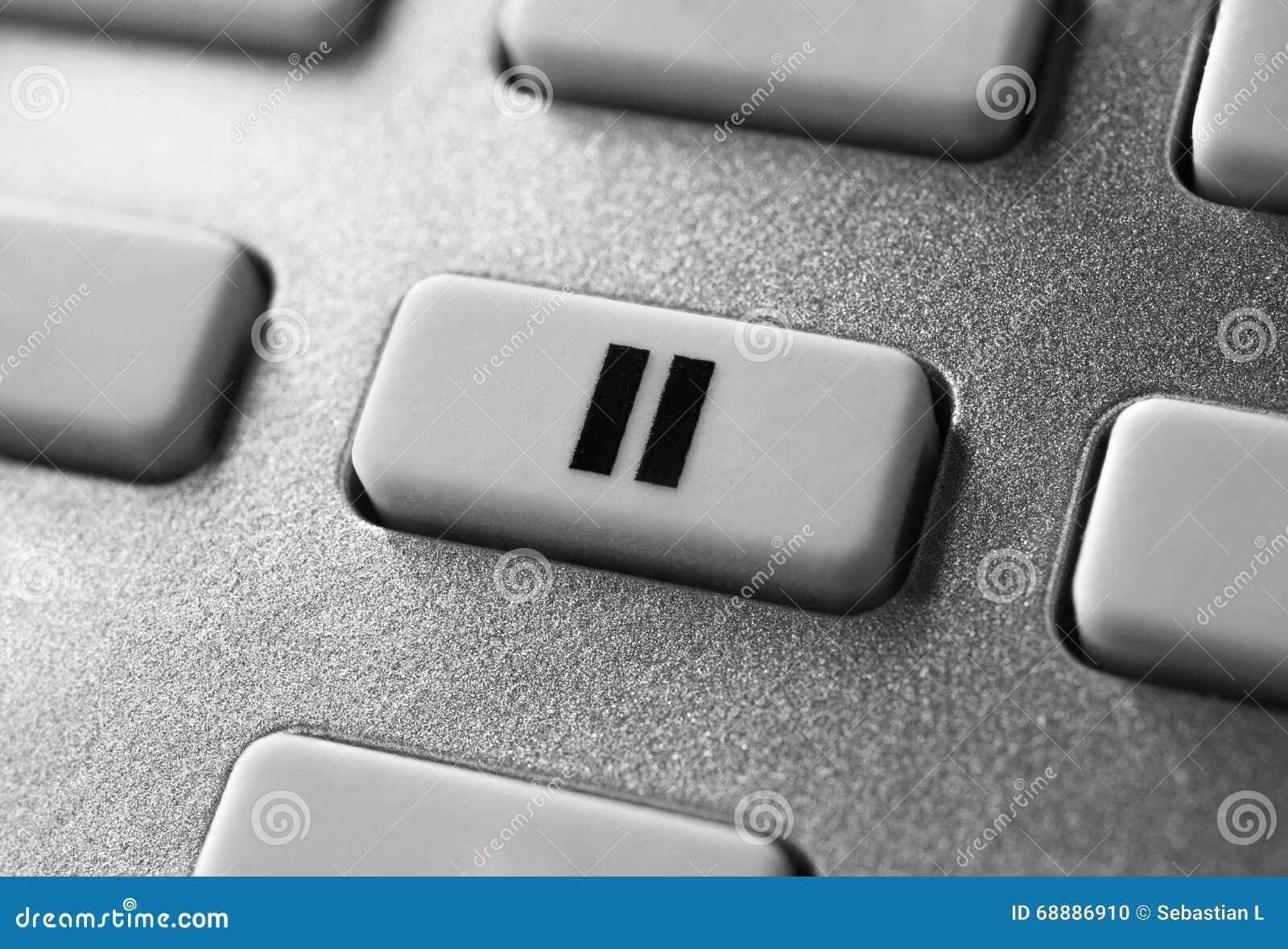 Fermez-vous de Grey Pause Button On Chrome à télécommande pour un système audio stéréo de haute fidélité