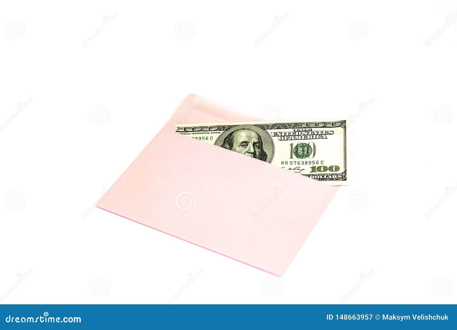 Fermez-vous de l argent dans l enveloppe rose se trouvent sur le fond blanc Moquerie de marquage ? chaud ; vue de face