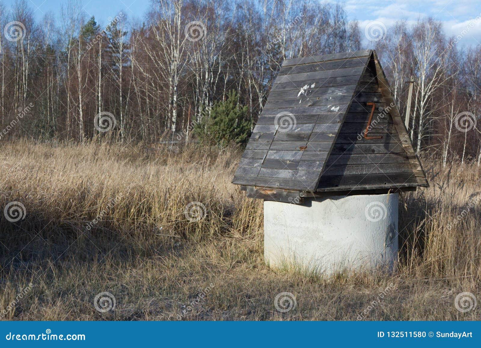 Fermez-vous de l endroit d au sol de village au printemps ou du temps d automne avec de l o