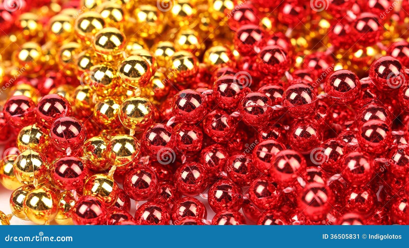 Fermez-vous de l or et des perles rouges.