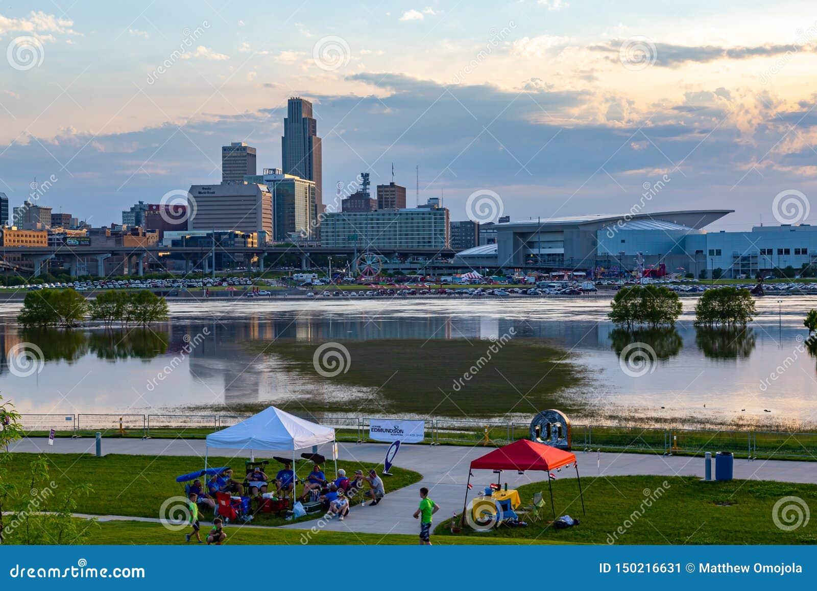 Fermez-vous de l inondation du centre du fleuve Missouri de réflexions de bâtiments d Omaha en 2019 du parc du bord de Tom Hanafa