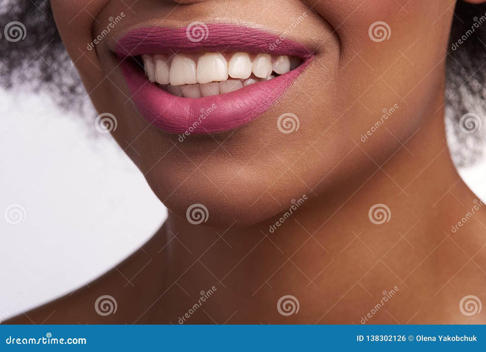 Fermez-vous de la bouche de sourire sensuelle de la femelle ethnique