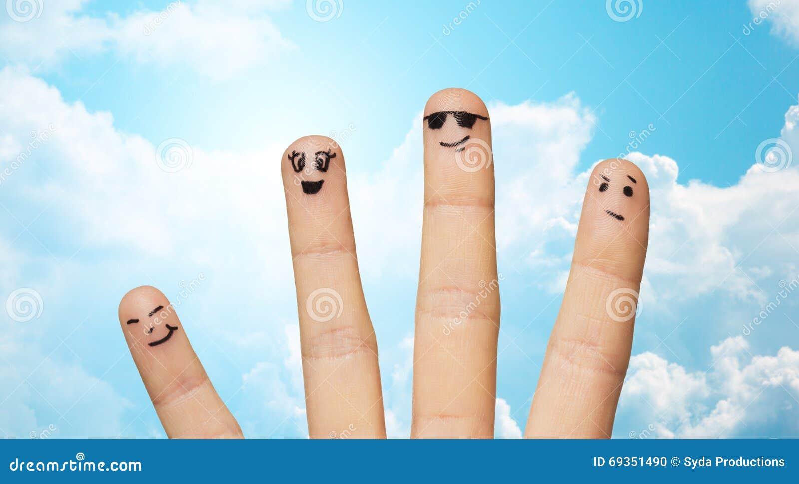 Fermez-vous de la famille de quatre doigts avec les visages souriants